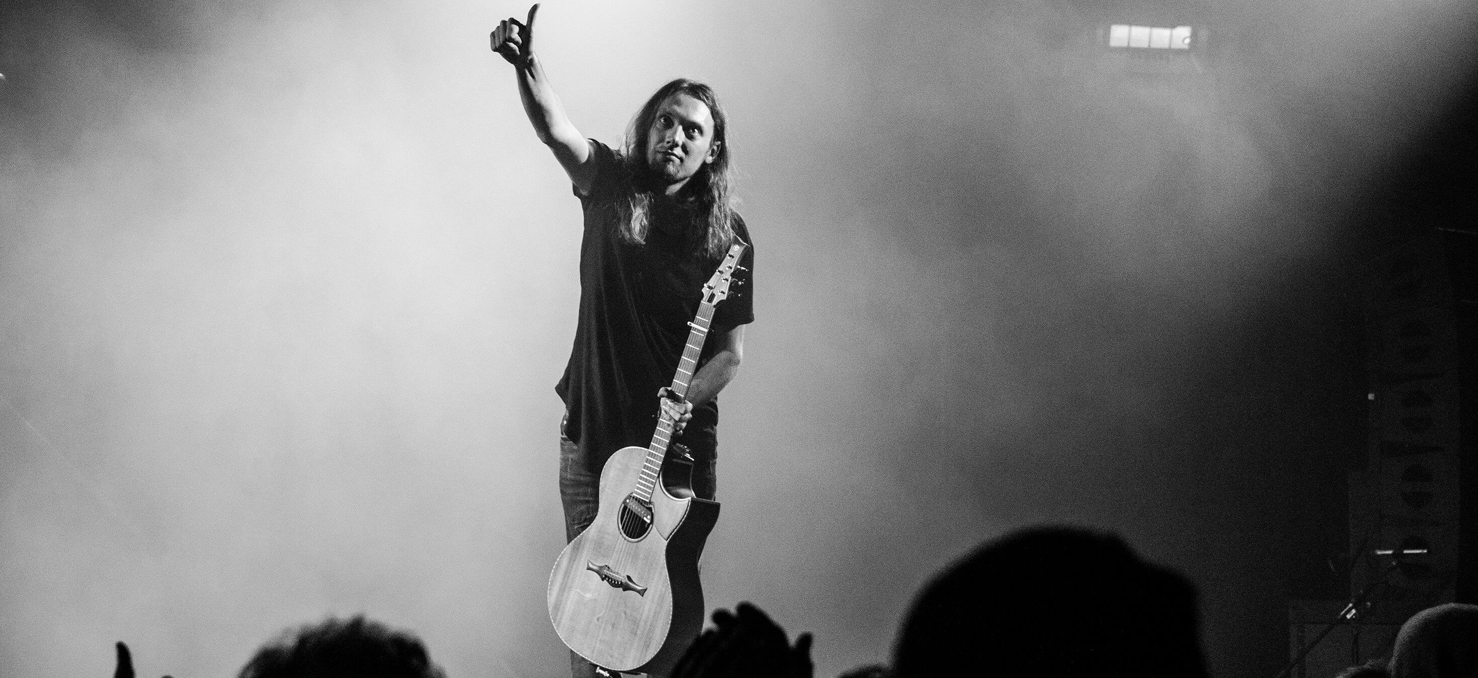 Mike Dawes, que foi citado a pouco falando sobre as cordas D'Addario XS, em apresentação ao vivo com seu violão saudando o público.